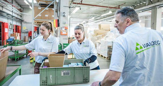 Mitarbeiter beim Kommissionieren der Ware in der Kontraktlogistik.